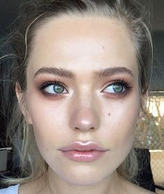 ♥ Pinterest: DEBORAHPRAHA ♥ Putting highlighter around the lips and in the center it's a great makeup trick to get pretty lips or enhance your lipstick!