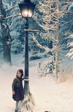 Narnia, a very magical place. Lucy and the mysterious lone Lamp Post in 'The Chronicles of Narnia: The Lion, The Witch and the Wardrobe'. Cs Lewis, Narnia Lamp Post, Lucy Pevensie, Georgie Henley, Chronicles Of Narnia, Film Serie, Good Movies, I Movie, Fairy Tales