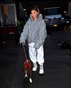 Ariana Grande walk with her dog out and about in New York City - Celebskart Ariana Grande Outfits, Ariana Grande Fotos, Ariana Grande Pictures, My Everything Ariana Grande, Superstar, Dangerous Woman Tour, Star Wars, Hollywood Celebrities, Look At You