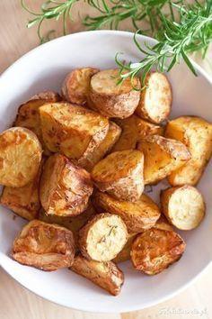 Szybki i łatwy sposób na pieczone ziemniaki. Z oliwą, rozmarynem, trochę na ostro. Vegetarian Recipes, Cooking Recipes, Healthy Recipes, Rosemary Roasted Potatoes, Fast Healthy Meals, Slow Food, Potato Recipes, Side Dishes, Food And Drink