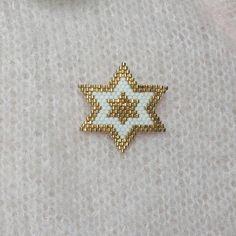 My lucky star . Hand woven brooch in Miyuki 11 beaded star shape . Seed Bead Jewelry, Bead Jewellery, Bead Earrings, Beaded Jewelry Patterns, Bracelet Patterns, Beading Patterns, Handmade Wire Jewelry, Handmade Silver, Bead Loom Bracelets