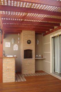 Pergolado em madeira, o forro é um trançado de bambu coberto com telhas onduladas transparentes, no piso deck em madeira . Projeto aq...