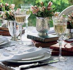Combinadas com elementos inusitados, como livros, ou numa mesa sem toalha, peças de prata garantem a sofisticação, sem excesso de formalidade