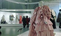 Μέσα στην έκθεση Balenciaga: Shaping Fashion στο V&A. - Blond (con)fusion