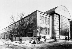 Fábrica de Turbinas AEG 1910, de Peter Behrens en Berlin. De la escuela de diseño Deutsche Werkbund (1907) su continuadora será La Bauhaus