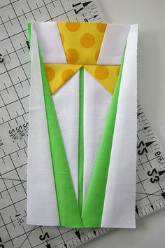 Paper Pieced Daffodil Block - It measures 3 x 6 that work paired with two little 3 squares Ruth? Patchwork Quilting, Paper Pieced Quilt Patterns, Quilt Block Patterns, Quilt Blocks, Quilt Kits, Hand Quilting, Machine Quilting, Sewing Patterns, Patch Quilt