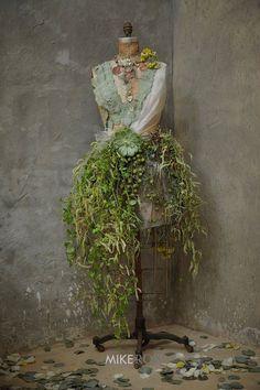 Flower manequin (ladies restroom)
