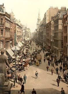 A Rare Color Photograph of a London Street in 1900 (via London in 1901 - the End of the Victorian Era) This is Cheapside in the city of London. The statue is of Sir Robert Peel. The statue was erected in 1855 and it was removed in the due to road changes. Victorian London, Vintage London, Old London, Victorian Life, 1920 London, Victorian Fashion, City Of London, London Street, Streets Of London