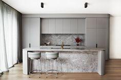 South Yarra Residence 2 von Full of Grace Interiors – Modernes Innendesign - Modern Kitchen Design, Interior Design Kitchen, Modern Interior Design, Interior Ideas, Küchen Design, Home Design, Media Design, Chair Design, Art Deco