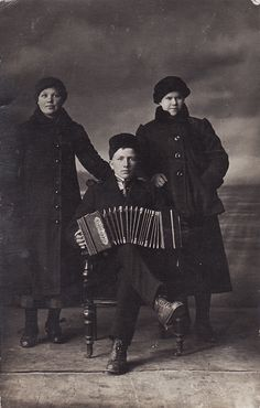 Portrait of two Russian women and a man with an accordion c 1910