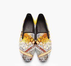 Üç sezondur devam eden mokasen ayakkabı modası bu yaz Alexander McQueen'in desenli modelleriyle hareketleniyor. ssense.com, 1195 Dolar