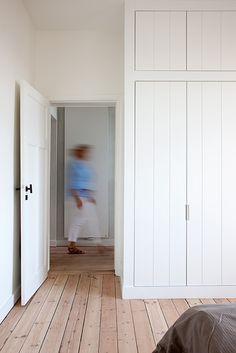 Simple closet doors/ Het Atelier - Interieur (Hooglede, West-Vlaanderen) | project: RECOLLETTENSTRAAT