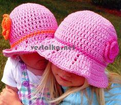 Великолепная розовая шляпа в виде летней панамы, связанная крючком из хлопковой пряжи.