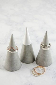 Make concrete DIY ring cones. Stylish jewellery holder, must try this! Make concrete DIY ring cones. Stylish jewellery holder, must try this! A great homemade gift idea for Mum. Concrete Ring, Concrete Art, Concrete Jewelry, Concrete Design, Diy Projects To Try, Craft Projects, Diy Concrete Countertops, Concrete Crafts, Ideias Diy