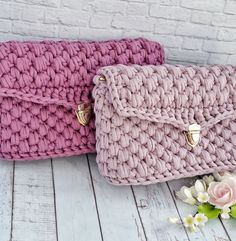 Photos and Videos Crochet Clutch Bags, Crochet Handbags, Crochet Purses, Crochet Case, Crochet Shoulder Bags, Yarn Bag, Patchwork Bags, How To Make Handbags, Denim Bag
