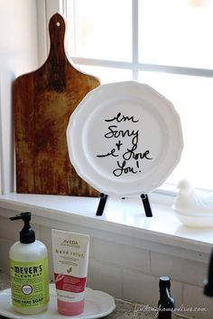 Genius idea!   Make a message board from a plate... could this get any easier?!   www.findinghomeonline.com #upcycling  #diyprojects