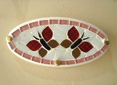 Porta chave de borboleta em mosaico. Mede 17 cm de largura por 9 cm de altura R$ 25,00 Stained Glass Art, Christmas Images, Home Signs, Stone Art, Diy And Crafts, Color, House Numbers, Hangers, Mosaic Pieces