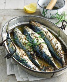 Bereiden: Kook de eieren in 7 minuten hard. Hak de eieren en peterselie fijn. Rasp de kaas. Maak drie sneden in het vel, aan beide zijden van elke makreel. Meng de fijngehakte eieren met de kaas, mosterd, boter en peterselie. Voeg ook de geraspte schil en het sap van een halve citroen toe. Vul hiermee de buikholte van de vissen.