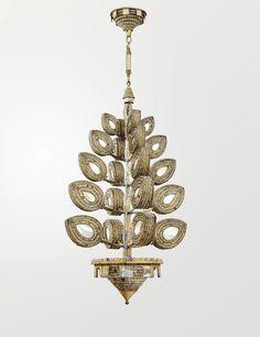 MAISON BAGUÈS SUSPENSION, VERS 1928 la structure en métal partiellement doré plaquée de nacre, soutenant vingt feuilles stylisées le coeur des faces en nacre, cerclé de trois rangs de perles de cristal de roche, de topaze et d'améthyste facettées ; terminée par une vasque conique de même composition perlée ; chaine de suspension à trois éléments Haut : 140 cm  Diamètre : 60 cm