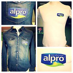 Denim blouses en witte t-shirts bedrukt met full colour logo met borduur effect voor Alpro.