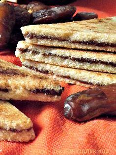 Algerian orange blossom and date semolina cookie bars Halal Recipes, Jewish Recipes, Spicy Recipes, Cooking Recipes, Algerian Recipes, Algerian Food, Arabic Food, Arabic Sweets, Purim Recipe