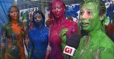 Mulheres mergulham em tinta e corpos viram 'pincel' para fazer arte