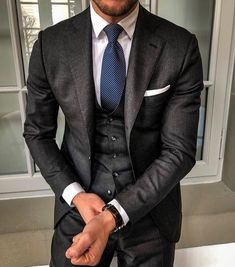 The latest men's fashion including the best basics, classics, stylish eveningwear and casual street style looks. Latest Mens Fashion, Mens Fashion Suits, Mens Suits, Moda Formal, Best Street Style, Dandy Style, Three Piece Suit, Suit And Tie, Gentleman Style