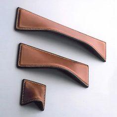 Un trozo de cuero rectangular al que pegamos tres de sus lados, dejando libre el inferior. Esto no permitirá meter la mano para abrir el cajón