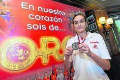 Bona feina de Mundo Deportivo entrevistant a la crack del bàsquet femení Ángela Salvadores.