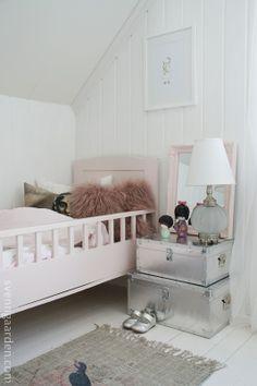 meisjeskamer met vintage bed en zilveren opbergers als nachtkastje