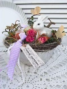 **Ostergruß für die Kaffeetafel** In einer alten Alubackform geben sich, neben einem Porzellanhasen, Frühlingsboten aus der Natur, getrocknete Rosen, Frühlingszwiebeln, Rebenkranz und vintage...