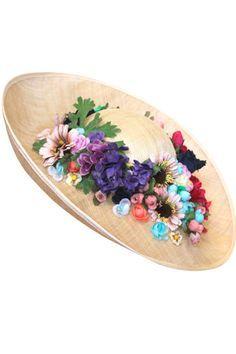 Pamela con adornos florales en su copa, de Sumacruz.