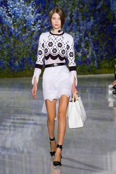 Christian Dior at Paris Fashion Week Spring 2016 - Runway Photos London Fashion Weeks, Paris Fashion, Runway Fashion, Fashion Show, Christian Dior, Raf Simons, Black White Fashion, College Fashion, Spring Summer 2016