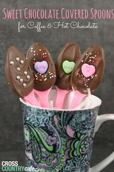 Homemade chocolate spoons for Valentines day, includes instructions and free printable gift tags!