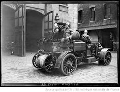 La berloque [alarme sonore, ici, un pompier parisien soufflant dans un clairon] : [photographie de presse] / [Agence Rol] - 1918