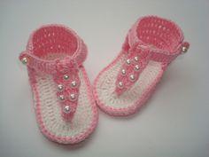 sandalinha feita a mão de crochê. <br>material;linha 100% algodao. <br>cor;branca e rosa. <br>tamanho;8 cm de solinha para bebê de 0 a 2 meses,para outros tamanhos e cores entre em contato.