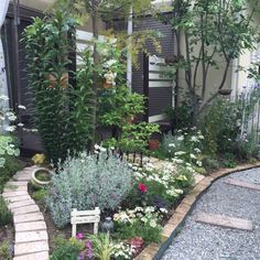 9 Beautiful Backyard Ideas for Small Yards – Garden Ideas 101 Garden Borders, Garden Paths, Garden Landscaping, Flower Bed Plants, Planting Flowers, Cold Climate Gardening, Small Back Gardens, Backyard Ideas For Small Yards, Garden Styles
