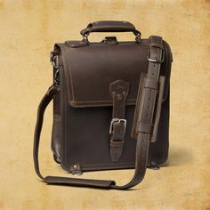 Saddleback Leather Messenger Bag: One hundred year warranty. Tired of bags that keep falling apart! Saddleback Leather, Leather Bags Handmade, Leather Working, Real Leather, Hobo Bag, Purses, Messenger Bags, Clothing, Leather Crafting