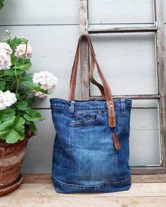 Denim Tote Bags, Denim Purse, Denim Bag Patterns, Denim Scraps, Fabric Handbags, Denim Ideas, Recycle Jeans, Love Jeans, Recycled Denim