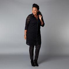 Deze lange blouse is gemaakt van kant met stretch. De blouse heeft een kraag en knoopsluiting voor. De mouwen zijn driekwart lang. De lengte van het m... Bekijk op http://www.grotematenwebshop.nl/product/blouse-van-x-two-voor-vrouwen-met-grote-maten-27/