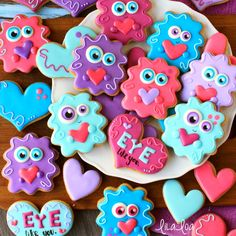 How to make ADORABLE Love Monster decorated sugar cookies for Valentine's Day! - a cookie decorating tutorial Valentine's Day Sugar Cookies, Sugar Cookie Royal Icing, Mini Cookies, Cookies For Kids, Iced Cookies, Cut Out Cookies, Sugar Cookies Recipe, Cake Cookies, Summer Cookies