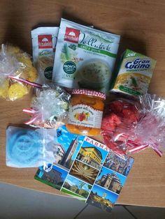 Box #16  Italie —> France  2 différentes sortes de soupes ( 2 kind of soups) crème de soja ( soy cream) tapenade de poivrons ( peppers marmalade) chocolats au rhum ( rum chocolates) biscuits ( biscuits) sweets  … + une petite bougie ( fait maison ?) à la noix de coco ainsi qu'une carte postale   …+ with a scented candle with coconut and a postcard