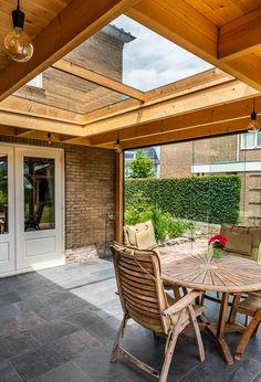 Dit Veranda Daklicht XL maakt deze dichte serre helemaal compleet. Backyard Patio Designs, Pergola Patio, Happy New Home, Garden Design, House Design, Outdoor Living Rooms, Pergola Attached To House, Marquise, Garden Seating