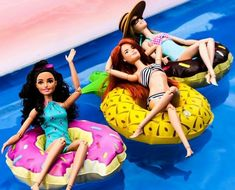 """""""Got some Fashionista girls together for a little fun in the sun! Doll Clothes Barbie, Vintage Barbie Dolls, Barbie Stuff, Barbie Sisters, Barbie Family, Barbie Life, Barbie World, Barbie Tumblr, Barbie Camper"""