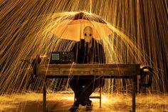 15 Incredible Long Exposure Photographs Using Burning Steel Wool - CAT IN WATER