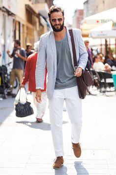 A prioridade para esse estilo de homem é estar com peças confortáveis e que tenham um bom caimento e tecidos. Atualmente há blazers em moletom e linho, que caem como uma luva para o estilo casual e despretensioso.