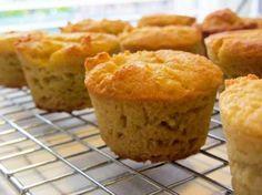 Een hele poos geleden kreeg ik het verzoek al eens: hoe maak je vanille cupcakes van kokosmeel. Het is helemaal niet moeilijk. Kokosmeel is sowieso een heel makkelijk meel om lekkere luchtige cupcakes mee te bakken. Je hoeft ook niet bang te zijn dat er een overheersende kokossmaak aan zit. Als je niet weet dat …