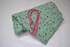 Vrolijk groen met een paisey achtig motief in blauw en roze tinten