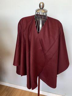Cape alcapa couleur rouge bourgogne, ajout de fourrure disponible selon votre demande   600$ Capes, Bell Sleeves, Bell Sleeve Top, Burgundy, Red, Women, Fashion, Budget, Color Red