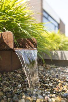 Wateruitloop van Cortenstaal. Ontwerp: De Rooy Hoveniers. #derooyhoveniers #vijver #spiegelvijver #waterelement #tuindesign #tuinontwerp #tuin #tuininspiratie